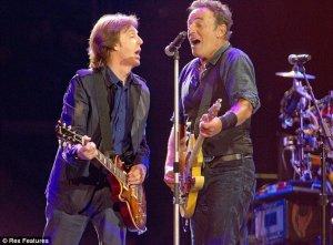 А воообще, выступление заводное получилось. Такое впечатление, что Полу то ли проще, то ли интереснее выступать с другими знаменитыми музыкантами.