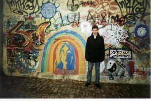 а это я возле стены. 23 декабря 2003г.