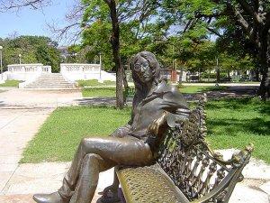 7. Кубинская Гавана приглашает полюбоваться на памятник Леннону. Монумент был открыт в 2000 году в районе Ведадо. В торжественной церемонии принимал участие Фидель Кастро.