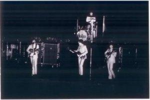 Фотографий с этого концерта совсем мало (пока что обнаружилось только три). Объясняется это тем, что во время выступления Битлз на стадионе было выключено освещение.