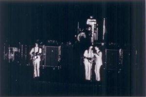 Сразу после концерта Битлз и их команда сели в гастрольный автобус и отправились в Филадельфию.