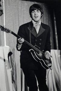 Концерт начался в 8pm. На стадионе 60,000 зрительских мест, но продано было всего около трети доступных билетов. До этого Битлз уже играли в Филадельфии в зале Convention Hall 2 сентября 1964.