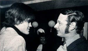 Есть хорошая фотография по случаю. Брайан с Микки Долентцем из Манкис, 1967