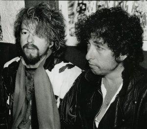Как-то раз Боб Дилан шокировал человека по имени Дейв, когда заявился к нему в дом, считая, что он принадлежит его знаменитому другу Дэйву Стюарту. Дилан, приехав в Лондон, решил сделать Стюарту сюрприз, но по чистой случайности, несмотря на неверный адрес, дверь открыла женщина, мужа которой тоже звали Дэйв. Неизвестная женщина пригласила Дилана войти в дом, а потом позвала мужа, сказав ему: Тут к тебе Боб Дилан пришел.