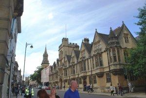 Путь в Лондон включил посещение Оксфорда и въездных ворот в усадьбу Харрисона с возможностью поглядеть на домик привратника.