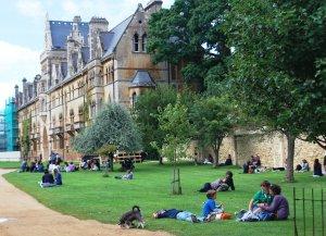 Это, между прочим, территория около самого большого в Оксфорде Колледжа Церкви Христа  - картинка по одну  сторону от дороги