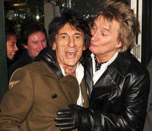 В следующем году состоится свадьба гитариста группы «Rolling Stones» Ронни Вуда и Салли Хамфрис, которая является продюсером театральных постановок. Рон попросил своего старого приятеля Рода Стюарта стать шафером на его свадьбе. Напомним, что в начале семидесятых Вуд и Стюарт вместе пели в группе «Faces».