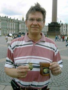 И еще одно фото Сергея с яблоком из камня змеевик, которое обычно дарится почетным членам нашего клуба
