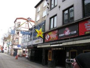На этом снимке перед перекрестком вход в клуб Кайзеркеллер, а за перекрестком, дальше видна красная вывеска клуба Индра, они почти рядом находятся....