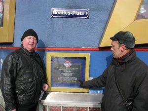 Мемориальная табличка на Битлз-плац.