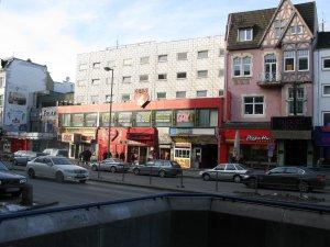 Сооружение окрашенное в розовый цвет с пиццерией на первом этаже - это бывший клуб Топ-Тен.