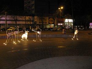 Ночью памятник Битлз на Риппербане выглядит гораздо эффектнее...