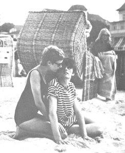 апрель 1961. Астрид и Стю на пляже Ostsee Beach (Балтийское море), недалеко от Гамбурга. На заднем плане - Синтия.