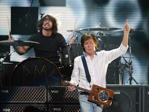 *В конце прошлой недели Маккартни присоединился к членам группы Nirvana Дэйву Гролу и Кристу Новоселичу. На благотворительном концерте 12.12.12. в помощь пострадавшим от урагана Сэнди *