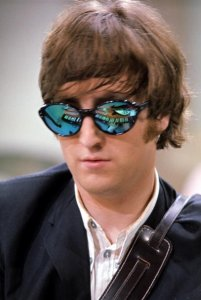 Здесь в очках - электропиано и гитара Джона.  2RimS:  Спасибо. То ли еще будет :)