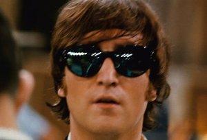 Здесь в очках, похоже, отражается сам Эд Салливан, хотя точно сказать трудно.