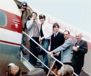 Поднимаются в самолет до Торонто.
