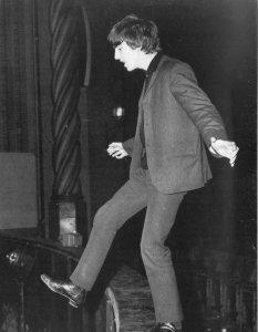 Джордж прохаживается вдоль оркестровой ямы