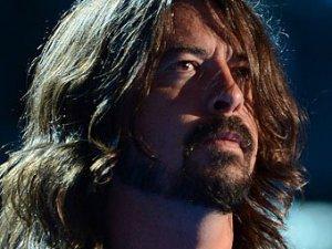 Дэйв Грол, лидер группы Foo Fighters,  ушедшей  в бессрочный творческий отпуск, присоединился к коллективу Queens of the Stone Age. Об этом фронтмен команды Джош Омм заявил в интервью радиостанции BBC Radio 1, сообщает Ology. По словам Омма, QOTSA покинул барабанщик Джои Кастильо, и Грола пригласили ему на замену.