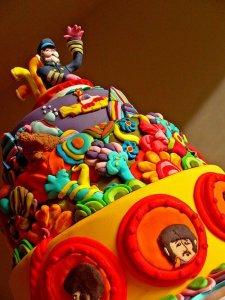 Примите деньрождественский тортик от украинских коллег. Всего наилучшего, счастья, мира. Ну и любви, как водится, - чтоб была большая-пребольшая, как океан, в котором плавают йелловые субмарины!