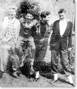 Джон - второй справа. Крайний слева - Пит Шоттон.