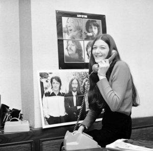 На стене за Фредой - плакат с фотографией, сделанной сегодня, 9 апреля, но 44 года назад.