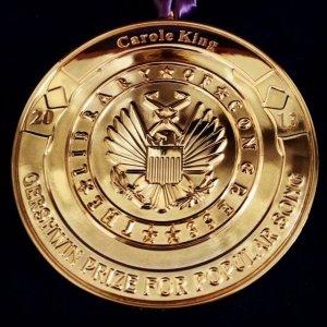 Кэрол Кинг выложила фото медали на своей страничке в Facebook.