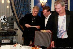 А как быть с барабанными палочками, которые Пейс подарил Дмитрию Медведеву?