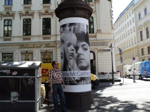 В конце мая вот такие афиши украшали всю Вену. Любят австрийцы битловское наследие и всё, что с ним связано. Честно говоря, было приятно... ))