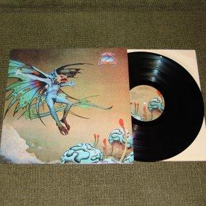 Был у меня еще новодельный альбом британской прог-роковой команды GRAVY TRAIN. Тоже был издан в Италии. По качеству звука - просто брат близнец тех самых CATAPILL. Тоже продал нафиг!