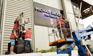 любопытно, что в Лондоне убрали памятник Джексону, который стоял у стадиона Фулхэма. изначально памятник поставил владелец клуба Аль-Файед, а фанаты были против, и теперь после смены владельца клуба принято решение о демонтаже скульптуры.