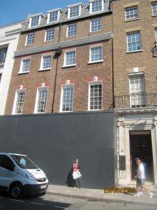 Самое большое разочарование от Лондона...Вот что сделали с легендарным зданием, где Битлз дали последний концерт...Чем дальше- тем хуже. Кому мешало замечательное крылечко? Неужели прямо так достали фанаты?!