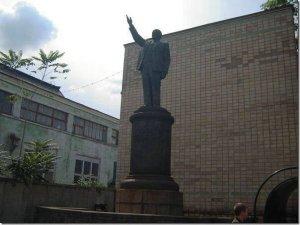 Справка: вообще в Киеве за всю историю было установлено 37 памятников Ленину. Один из них вместе с Сталиным. На данный момент из них сохранился 21 памятник. Причём, размеры памятников довольно таки внушительные (смотрим фото).