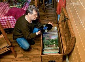 Фото: Главное увлечение профессора Юрия Беляева — марки, а второстепенное — старые виниловые пластинки.
