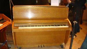 как стану царем - сразу куплю пианину. ну что за жизнь без пианины!