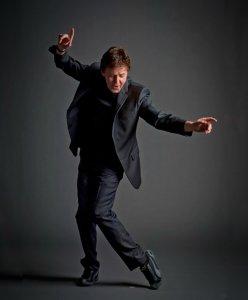 Пол вообще хороший танцор!
