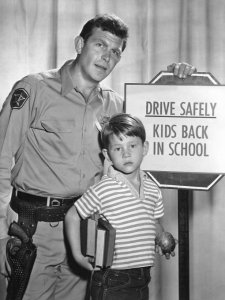 Рон Ховард снял немало добротных фильмов, а начинал карьеру еще ребенком, снимаясь в кино, и родился в кинематографической семье, впоследствии став режиссером и продюсером. Будем надеяться, у него получится.