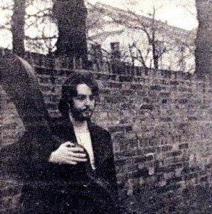 Вот Пол Маккартни, несущий гитару в кофре,