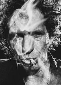 ...В ответ на анти-табачные законы на рынок поступила необычно оформленная партия сигарет с портретом Ричардса на задней стороне пачки и надписью We shit on you!