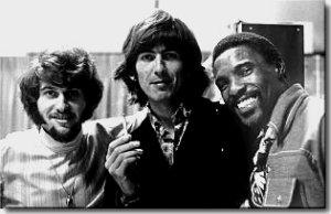 * Интересное фото Джорджа Харрисона и двух американских музыкантов, справа, рок-н-ролльный певец, автор песен и гитарист Johnny Rivers, слева, чернокожий соул-исполнитель Al Wilson. Могу ошибаться, но что-то мне подсказывает, этот снимок сделан во время лос-анджелеских студийных сессий для альбома Джеки Ломакса осенью 1968 года - http://www.beatles.ru/postman/forum_messages.asp?msg_id=24166&cfrom=1&showtype=0&cpage=2