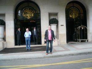 Прошлой весной, будучи в Париже, попёрся к отелю George V. Увековечиться.