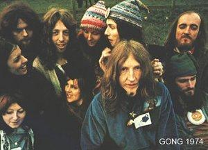 Прощай  Дэвид, возможно  мы  когда-нибудь  встретимся  на  планете  ГОНГ......Таких  веселых  безумцев  в  рок-музыке  уже  больше  не  будет.