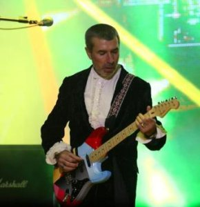 Аветисян обещал все свои гитары выставить в музее в Звезде. Интересно, что из этого обещания получилось. Он ведь хвастался, у самого Эрика инструменты покупал!!!