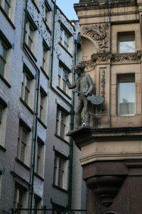 номер был угловой и очень большой. с одной стороны окна выходили на Мэтью стрит, а слева, если высунуться посильнее из этого же окна стоял Леннон.