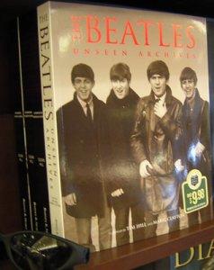 Я зашёл недавно в Barnes&Noble, совсем не собираясь изучать новые публикации на эту тему. Barnes&Noble - это сеть книжных магазинов в Америке, но, видимо, у этой сети имеется и своё книжное издательство, выпустившее целую серию Unseen Archives. Книжки этой серии стояли прямо перед входом в магазин в Мизуле, штат Монтана.