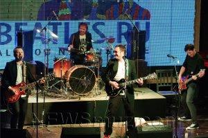Гвоздем программы должно было стать выступление «Старого приятеля» вместе с Вячеславом Малежиком. Вот уж отъявленные битломаны! Не все получилось гладко, прежде всего из-за странноватого звука. Но старый лис Малежик сумел переломить атмосферу. Выйдя всего лишь с гитарой, он принялся сначала просто под гитару петь нетленки «Битлз» - и звучал настолько убедительно, что заткнул за пояс всю молодежь. А когда к нему присоединились все музыканты «Старого приятеля», то пошел и вовсе праздник жизни. Обаяние Малежика столь велико, а его голос настолько проживает в мире «Битлз», что личностная подача артиста перебивает любые технические неполадки. Голос Малежика и вернул «Битлз» в наше время, без экивоков и копиизма.