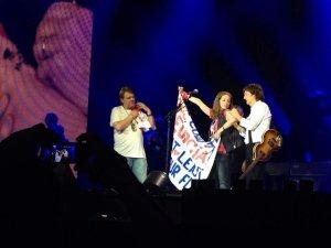 Во время концерта в Амстердаме Оле и Алику с нашего сайта удалось подняться на сцену к сэру Полу! Было и небольшое общение, и автографы. Алику удалось подарить Полу флаг своей родной Грузии. Поздравляем ребят!