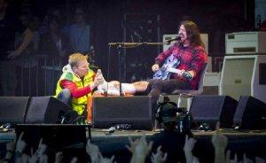 Дэйв Грол сломал ногу на концерте в Швеции, а потом вернулся и продолжил концерт.