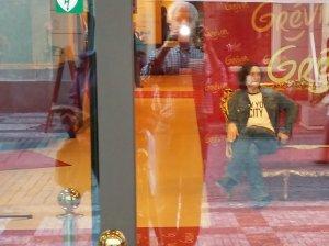 И до кучи: снимок через стекло - холл выставки восковых фигур со знакомой фигурой.