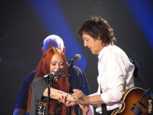 ещё одной поклоннице Пол сделал автограф прямо на руке по её просьбе